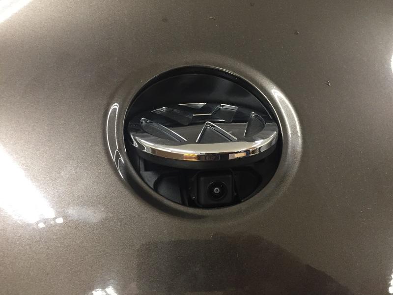 Montáž parkovacej kamery v znaku VW pre Passat CC